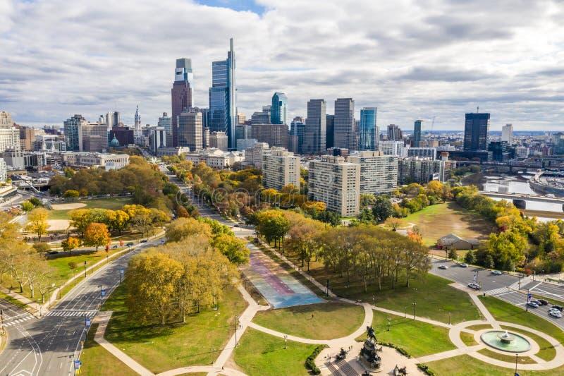 De mening van de drone op de Skyline van Philadelphia stock foto's