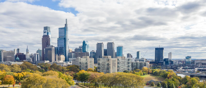 De mening van de drone op de Skyline van Philadelphia royalty-vrije stock afbeeldingen