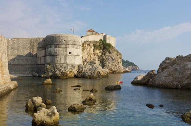 De mening van Dubrovnik naar de oude muur van de vestingsstad royalty-vrije stock fotografie