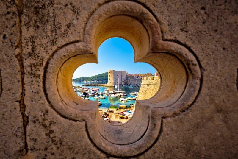 De mening van de Dubrovnikhaven van Ploce-poort door steen gesneden detai stock foto