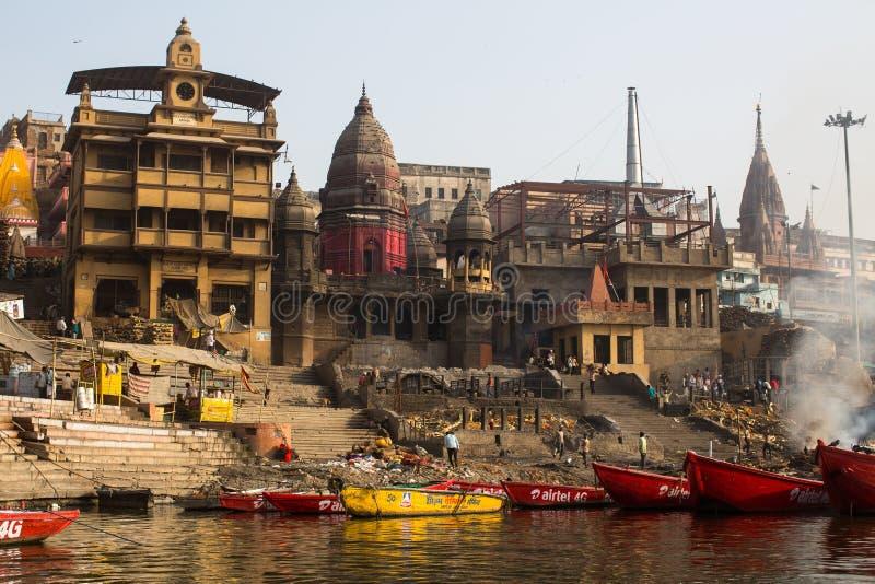 Download De Mening Van Een Boot Glijdt Door Water Op De Rivier Van Ganges Langs Kust Van Varanasi Redactionele Stock Afbeelding - Afbeelding bestaande uit geschiedenis, aziatisch: 114226719