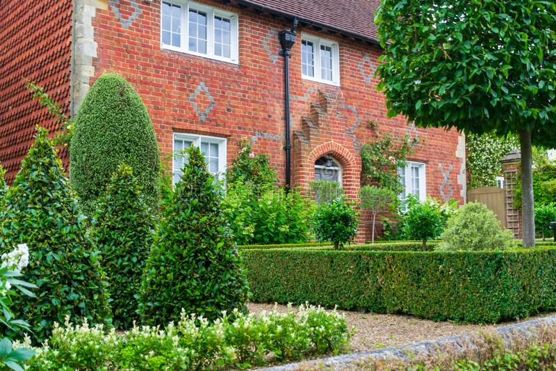 De mening van een mooi huis buiten met tuin en voordeur in Engeland stock foto