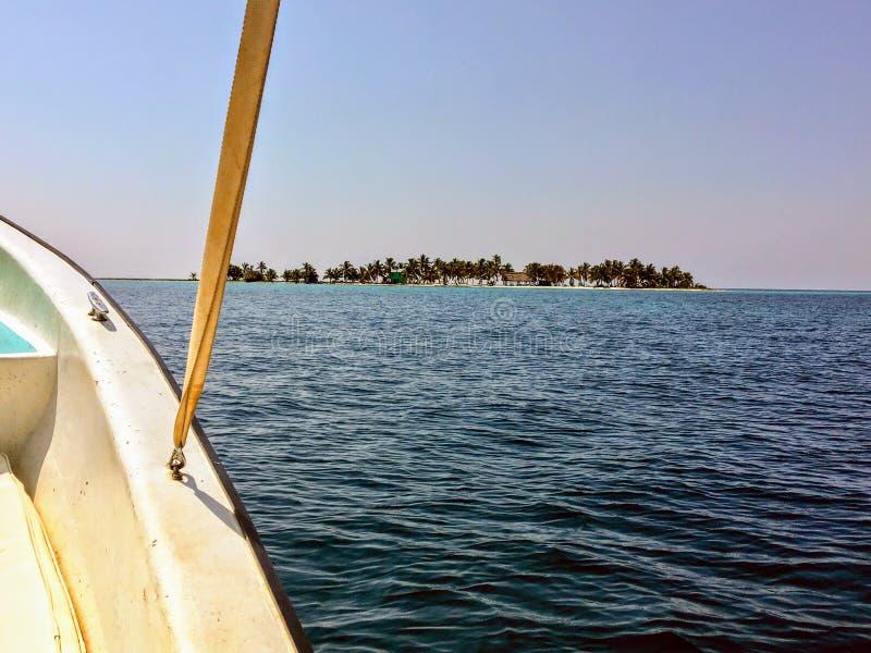De mening van een passagier die op een kleine boot naar de kleine tropische het lachen vogel reizen caye royalty-vrije stock fotografie