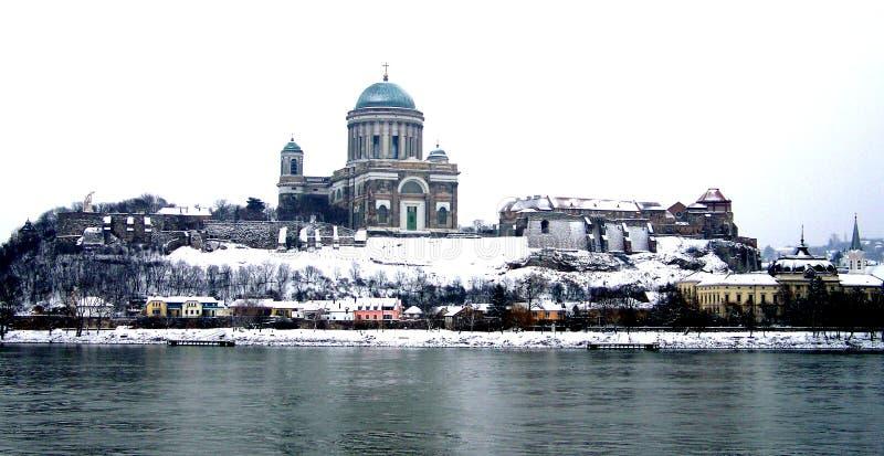 De mening van Esztergomhongarije van de rivier Donau in de winter stock foto