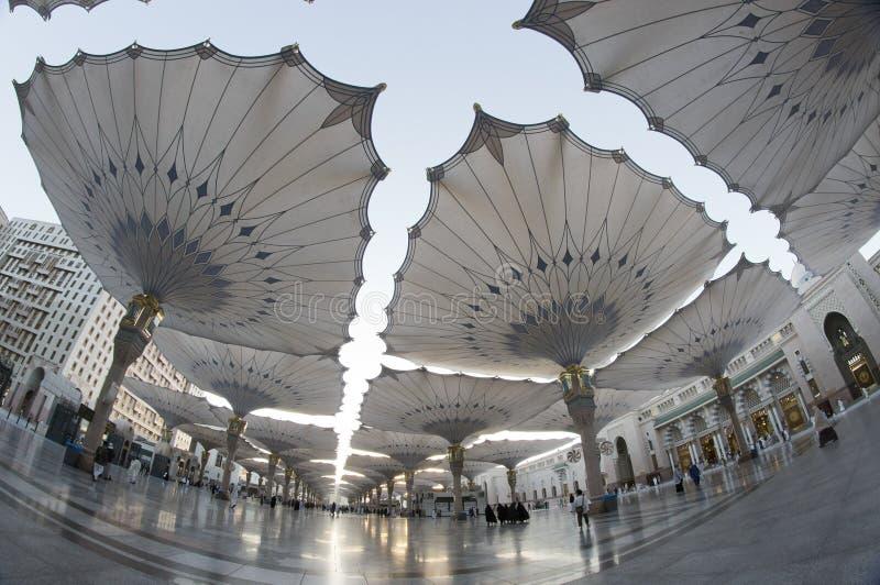 De mening van Fisheye van reuzeparaplu's in Masjid Nabawi stock afbeelding