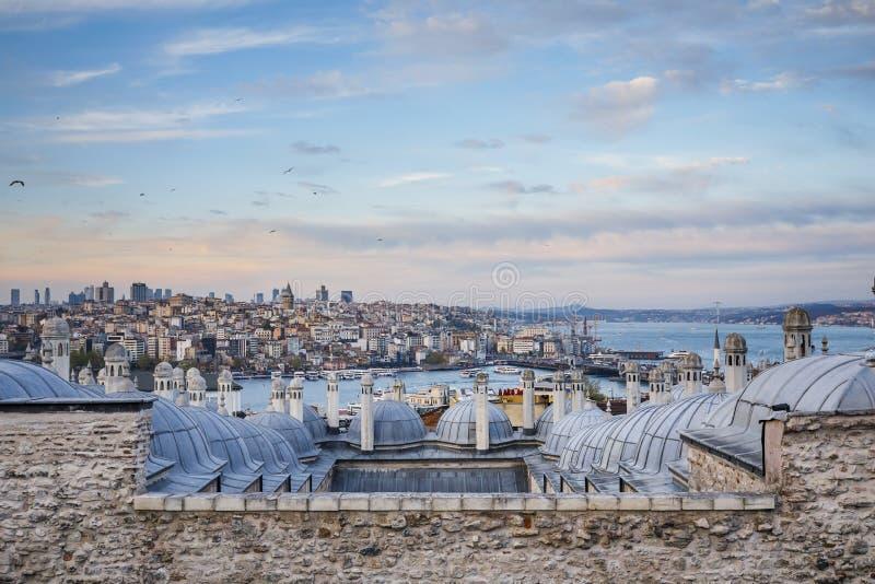 De mening van de Galatatoren van Suleymaniye-Moskee, Istanboel, Turkije royalty-vrije stock fotografie