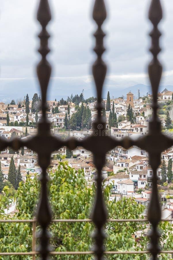 De mening van Granada hoewel Generalife-venster royalty-vrije stock fotografie