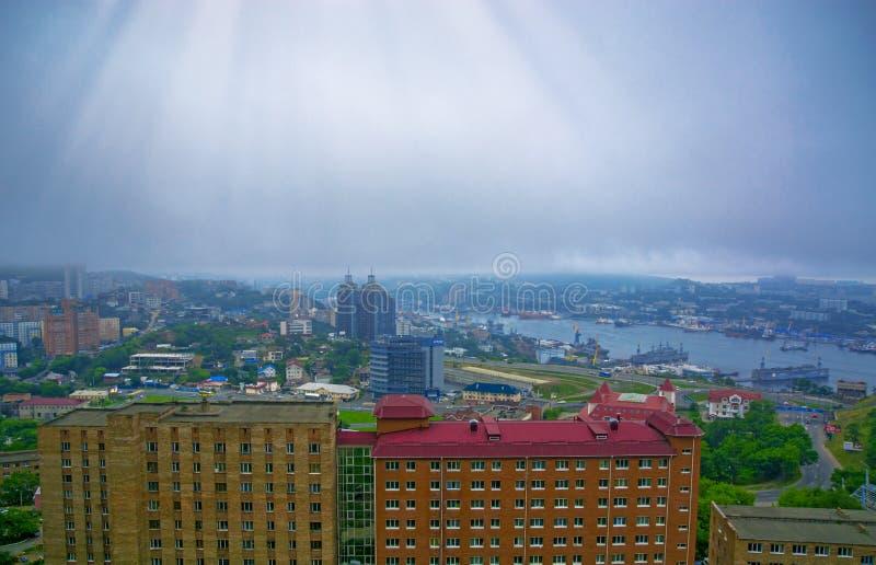 De mening van de havenstad van de hoogten, hoge Baai bond brug, dikke mist vast Marine City royalty-vrije stock fotografie