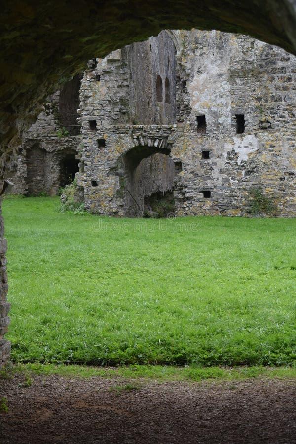 De mening van het boogdak van backgoundruïnes van een kasteel zoals de bouw met twee of drie of meer ingangen royalty-vrije stock fotografie