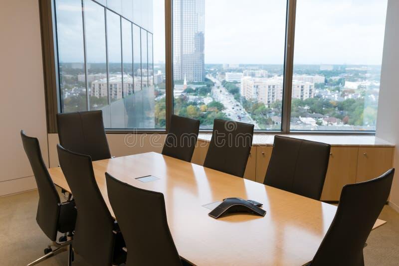 De mening van het bureauvenster van een vergaderzaal met een sprekerstelefoon royalty-vrije stock fotografie