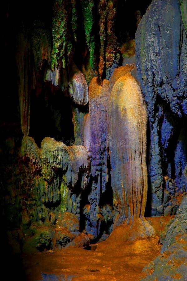 De mening van het Callaohol van 3de kameringang met stalactieten en stalagmietenvormingen royalty-vrije stock foto