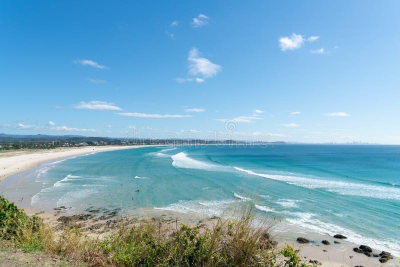De mening van het Coolangattavooruitzicht langs wit strand aan Surfer` s Paradijs royalty-vrije stock foto's
