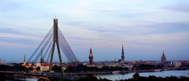 De mening van het de stadspanorama van Riga stock afbeeldingen