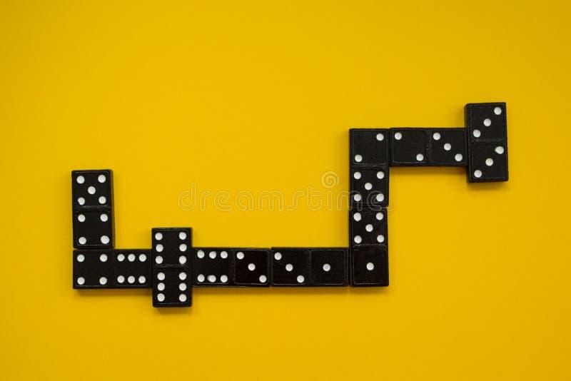 De mening van het dominospel vanaf bovenkant op gele achtergrond royalty-vrije stock afbeeldingen
