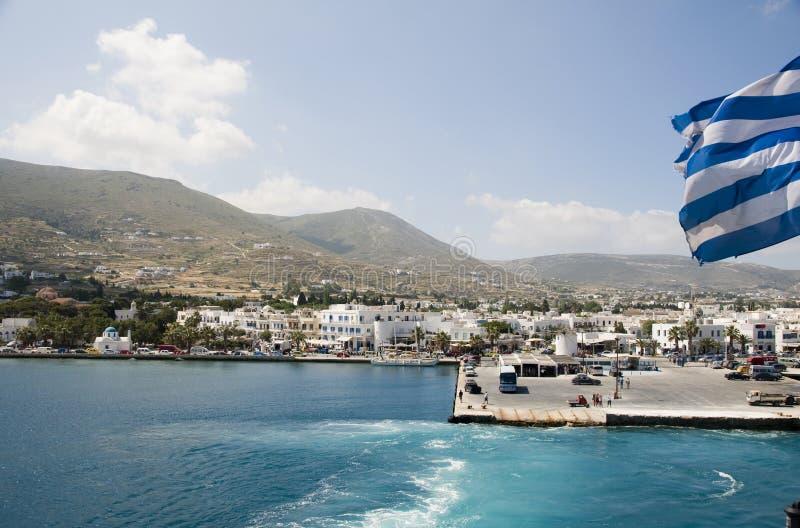 De mening van het eiland van haven van de Griekse eilanden van parikiaparos stock foto