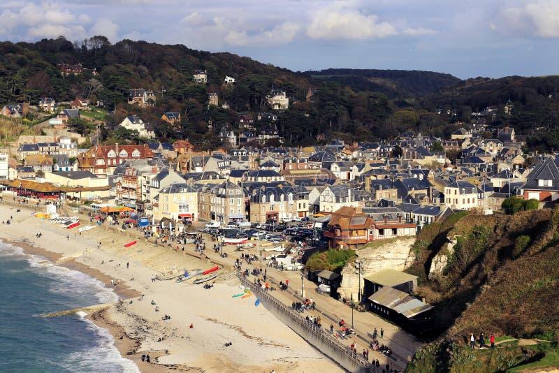 De mening van het Etretatdorp van klip, albasten Kust Normandië, Frankrijk stock fotografie