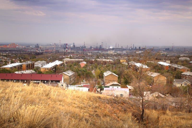 De mening van het het Ijzer en het Staalwerk van Magnitogorsk van het standpunt op de linkeroever van de rivier in Magnitogorsk-s stock afbeelding