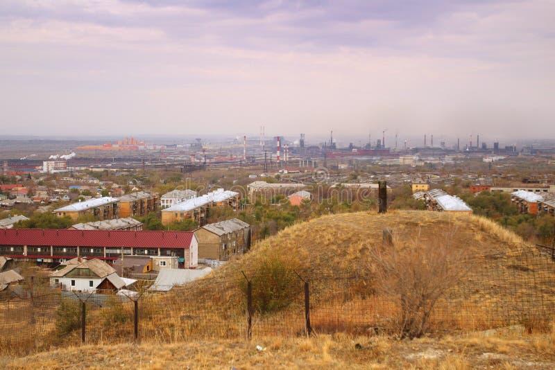 De mening van het het Ijzer en het Staalwerk van Magnitogorsk van het standpunt op de linkeroever van de rivier in Magnitogorsk-s stock foto's