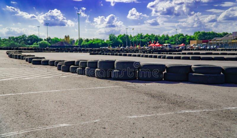 De mening van het internationale het rasspoor van het oneindigheids lege asfalt, digitale weergave retoucheert en monteringachter royalty-vrije stock afbeeldingen