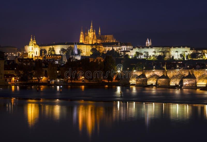 De mening van het kasteel van Praag, St Vitus Cathedral, de de Vltava-rivier en Charles-brug bij nacht Praag, stock afbeelding