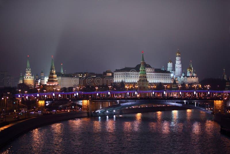 De mening van het Kremlin van brug Patriarshii bij de winter royalty-vrije stock afbeeldingen