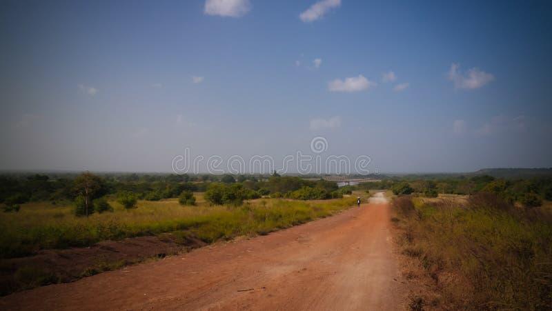 De mening van het landschapspanorama aan Oti-rivier, schatplichtige van de rivier van Volta, en brug, Sabari, Ghana stock afbeeldingen