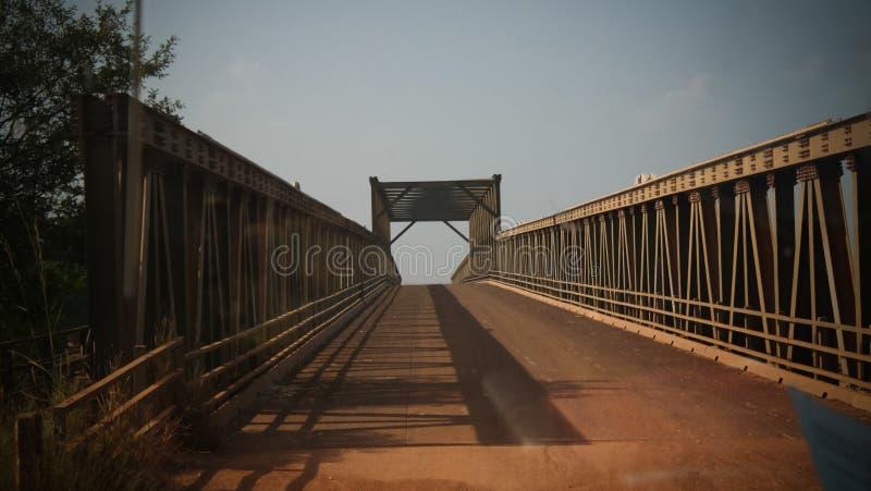 De mening van het landschapspanorama aan Oti-rivier, schatplichtige van de rivier van Volta, en brug, Sabari, Ghana royalty-vrije stock foto's