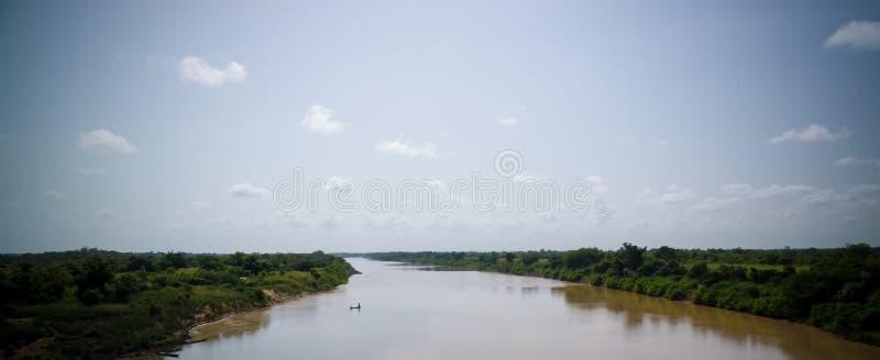 De mening van het landschapspanorama aan de Witte rivier van Volta, Ghana stock foto's