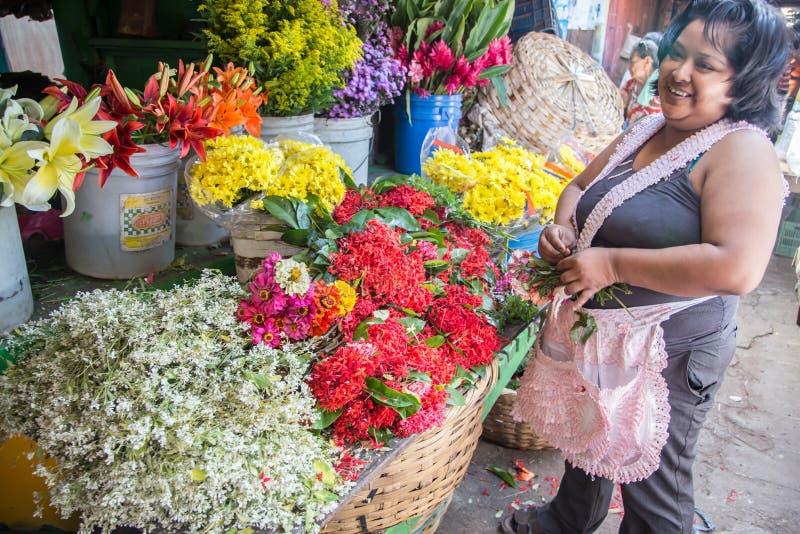 De mening van het markt dagelijkse leven Het kopen van de vrouw bloemen stock fotografie