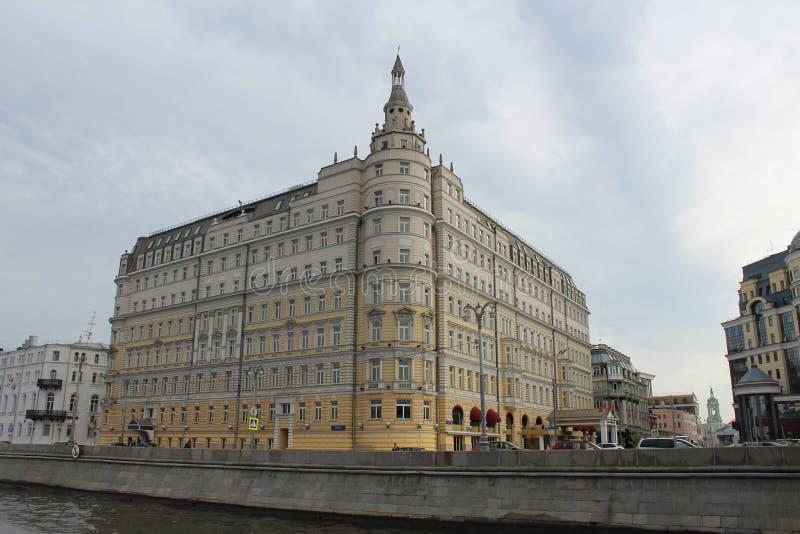 De mening van het motorschip op de dijk van de Rivier en het hotel Baltschug Kempinski van Moskou stock fotografie