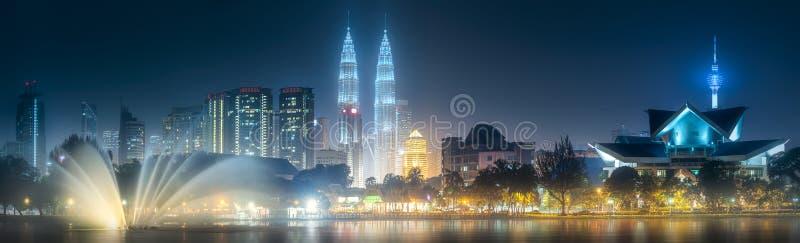 De mening van het nachtlandschap van Kuala Lumpur-horizon stock foto's