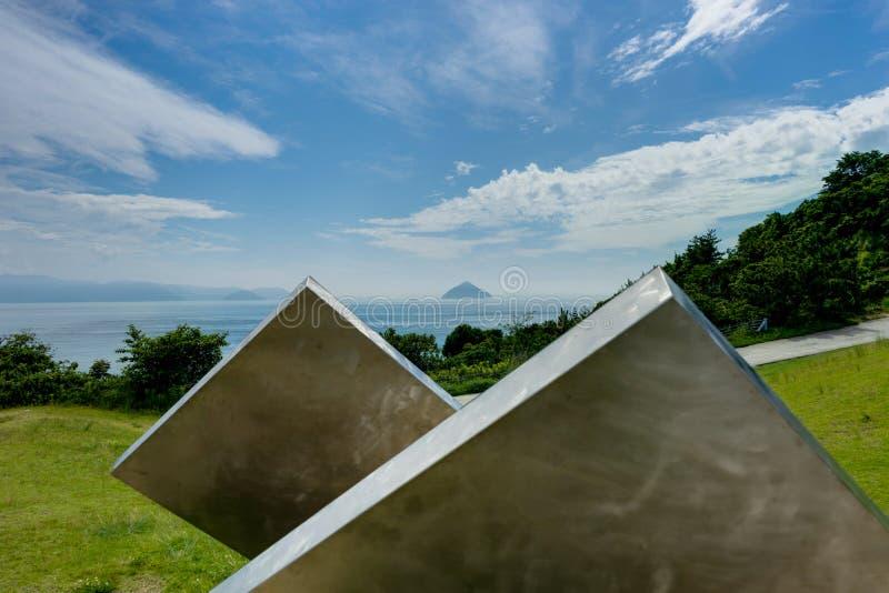 De mening van het Naoshimaeiland naar Oceaan met Wolken en Hemel en Fores stock afbeelding