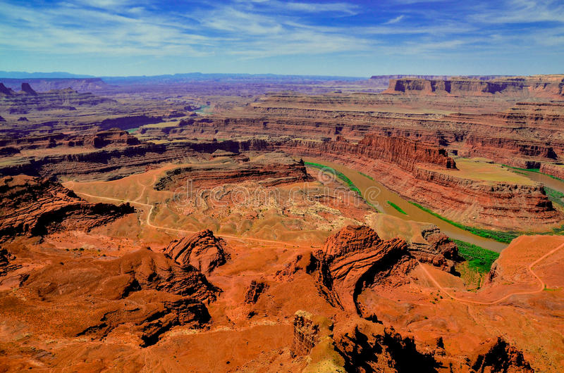 De mening van het observatiedek op wordt Canyonlands gewassen door de Rivier van Colorado stock fotografie