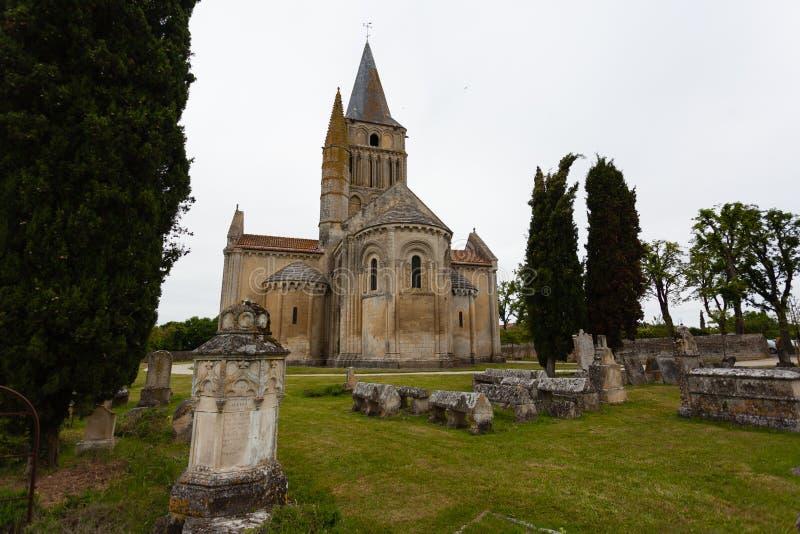 De Mening van het oosten van Aulnay DE Saintonge kerk stock foto
