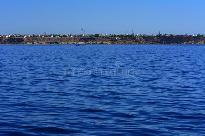 De mening van het overzees aan de baai, mooie koraalriffen vormt bergen en rotsen tegen de blauwe hemel en de duidelijke overzees royalty-vrije stock afbeelding