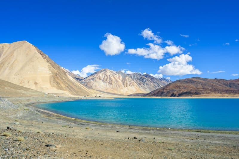 De mening van het Pangongmeer met bergachtergrond, Leh Ladakh royalty-vrije stock afbeelding