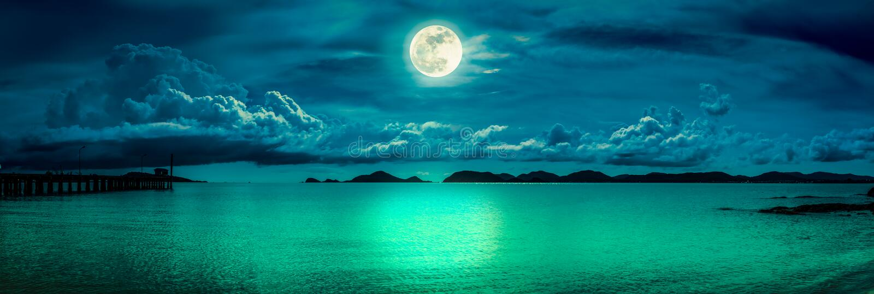 De mening van het panorama van het overzees Kleurrijke hemel met wolk en heldere volle maan op zeegezicht aan nacht Achtergrond v stock afbeelding