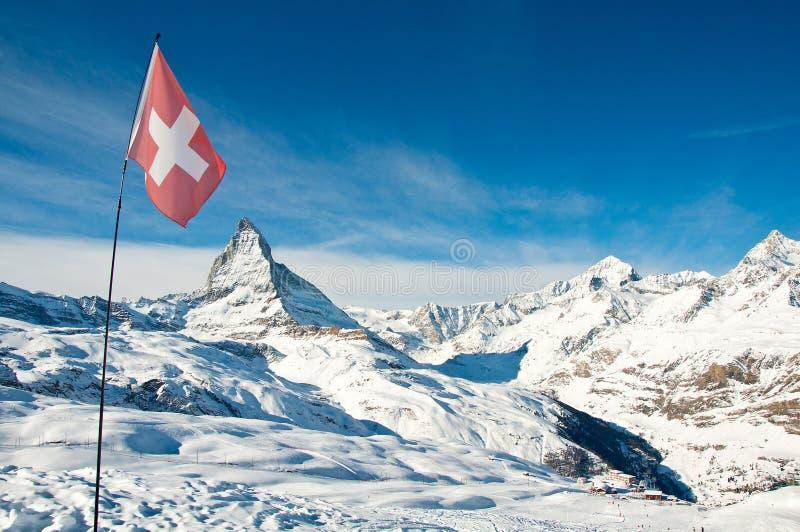 De mening van het panorama van Matterhorn en Zwitserse vlag stock fotografie