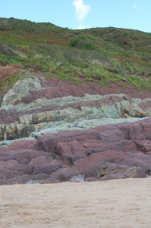 De mening van het portret van zand, rode rotsen op een strand royalty-vrije stock foto