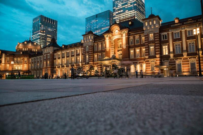 De mening van het de Postplein van Tokyo tijdens schemering Selectieve nadruk Lage hoek De richtlijn van het landschap stock afbeeldingen