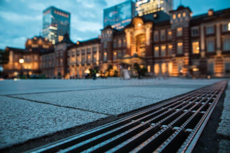 De mening van het de Postplein van Tokyo tijdens schemering Selectieve nadruk De richtlijn van het landschap stock foto