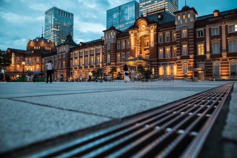 De mening van het de Postplein van Tokyo tijdens schemering Selectieve nadruk De richtlijn van het landschap stock afbeelding