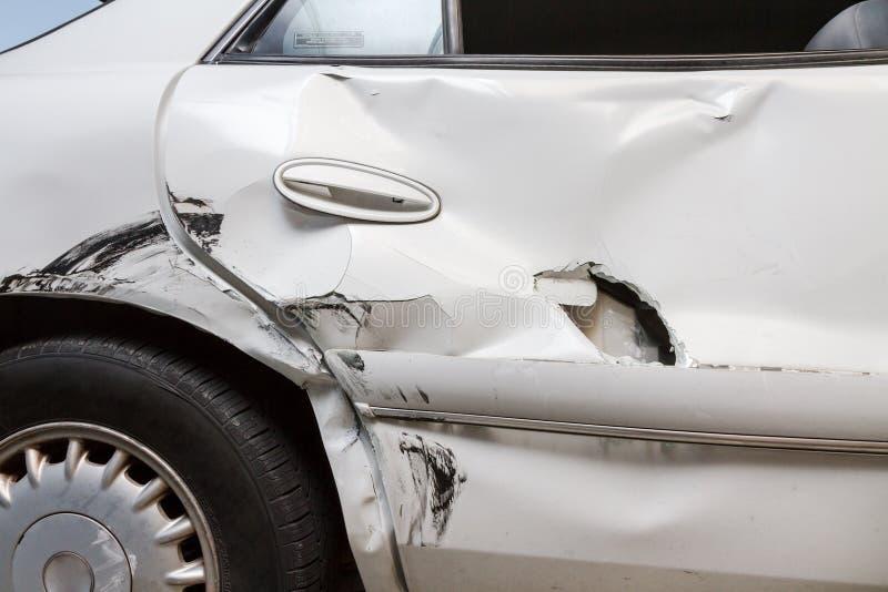 De mening van het profiel van een gedeukte auto met een gat royalty-vrije stock fotografie