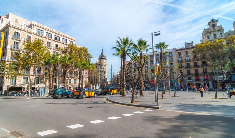 De mening van het straatniveau van prettige dag in de zonnige middag van Barcelona, mensen bij koffie die, die of in een park lop stock afbeeldingen