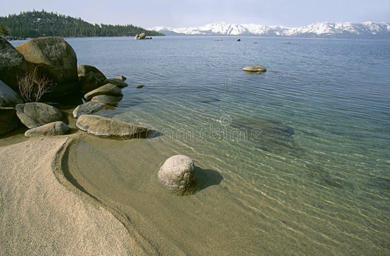 De mening van het strand aan de bergen stock afbeelding