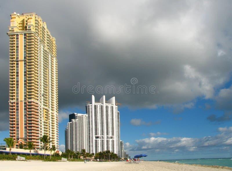 De mening van het Strand van Miami met bewolkte hemel stock afbeeldingen