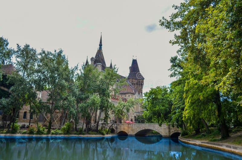 De mening van het Vajdahunyadkasteel van oever van het meer Boedapest, Hongarije stock foto