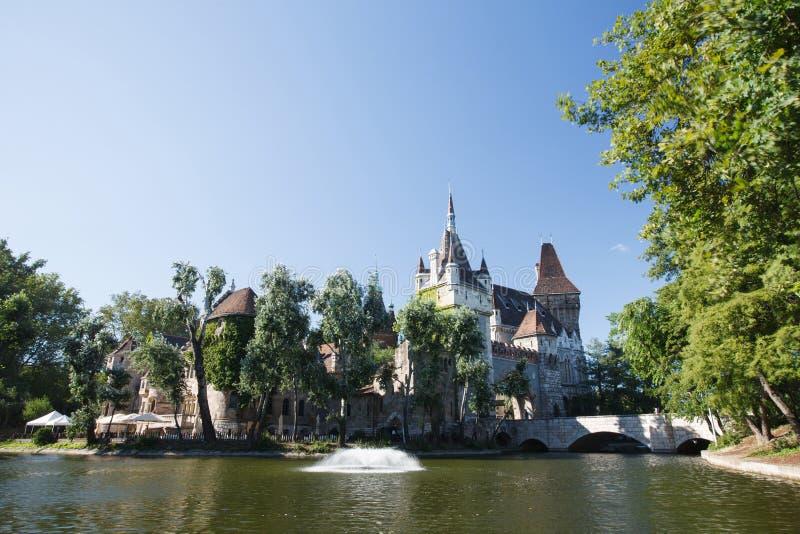 De mening van het Vajdahunyadkasteel van oever van het meer Boedapest stock foto