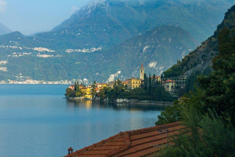 De Mening van het Varennapanorama bij Como-Meer stock afbeelding
