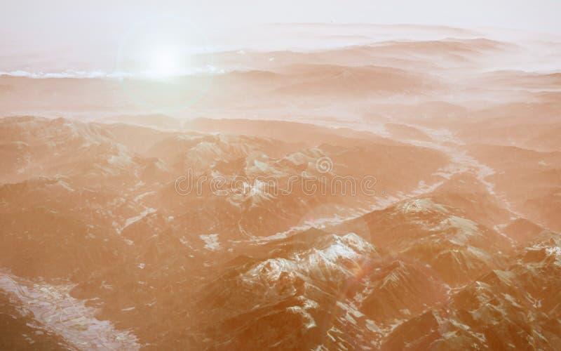 De mening van het vliegtuig aan de Alpen Adembenemend beeld van zonsopgang en bergpieken in sneeuw, gouden kleurtinten en hoogtep royalty-vrije stock fotografie